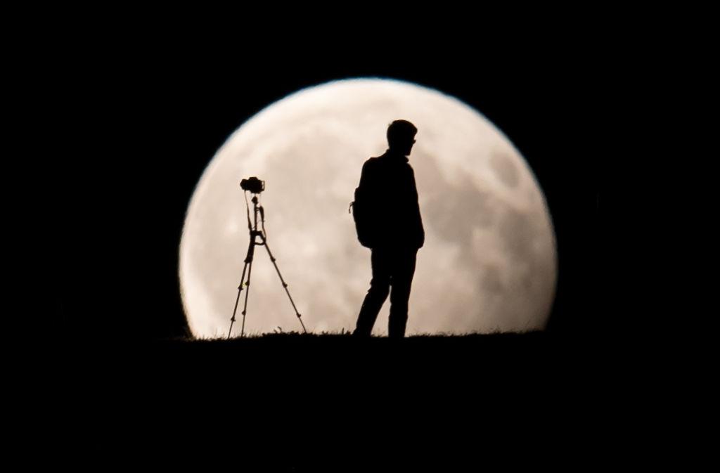 Un hombre toma fotos de la Luna durante un eclipse/