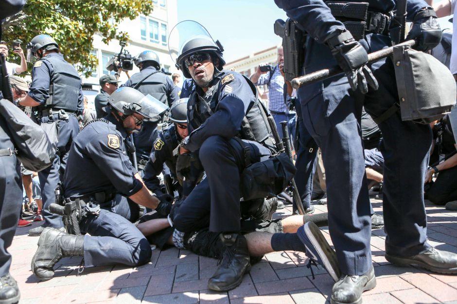 """Editorial: """"No más armamento militar a policías"""""""