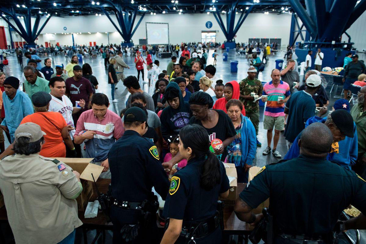 Toman huellas dactilares a víctimas de Harvey en albergue de Texas