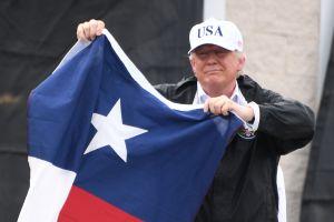 Trump llega a Texas tras paso de Harvey y aprovecha para hacer política