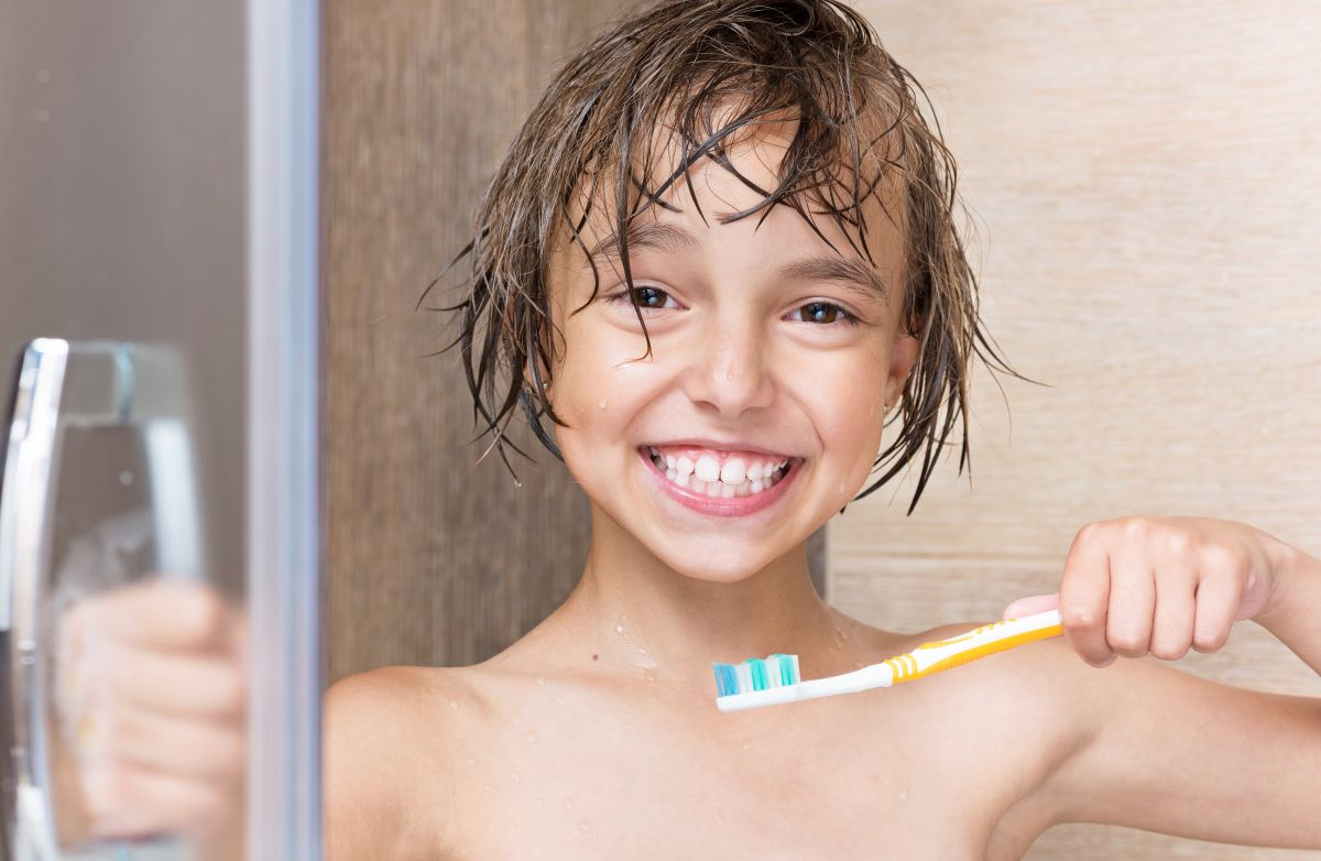 Los hábitos de bañarse a diario y lavarse los dientes al menos dos veces al días son clave para la buena salud tanto en los niños como en los  adolescentes.