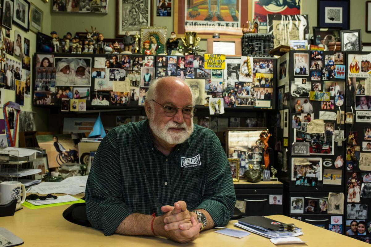 El padre Greg, el jesuita que nunca dio la espaldaa los pandilleros de LA
