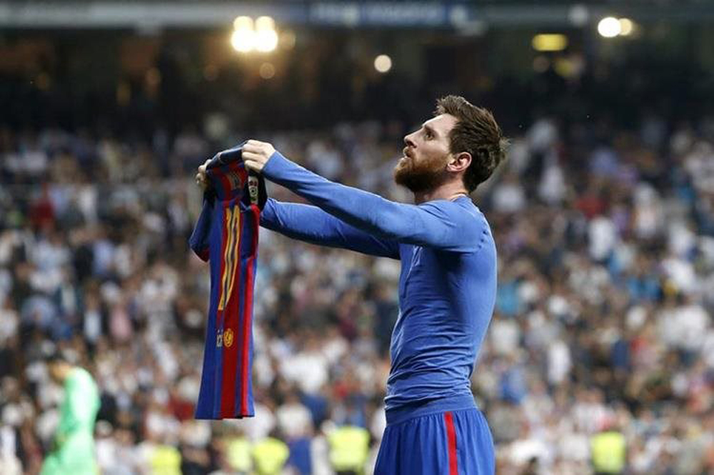 Lionel Messi se quitó la playera, tras meterle un gol de último segundo al Real Madrid en el Santiago Bernabéu