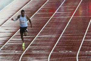 La historia detrás de la foto de un corredor compitiendo solo en el Mundial de atletismo