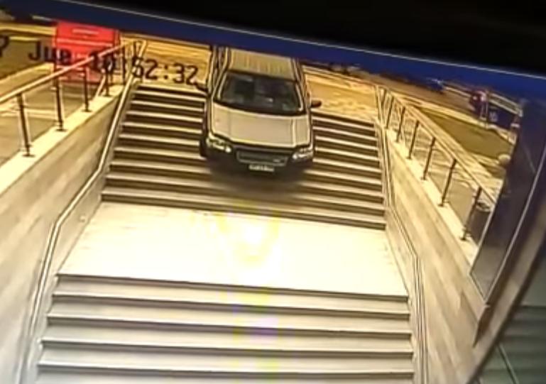 VIDEO: Confunde entrada a un edificio con un estacionamiento