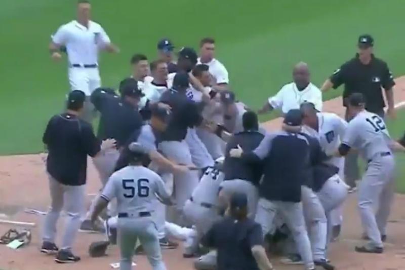 Jugadores de Tigres y Yankees en plena bronca.