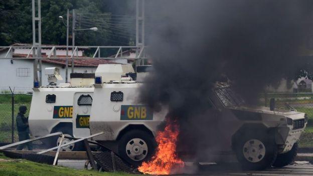 """Venezuela busca a grupo armado acusado del """"ataque terrorista paramilitar"""" contra base del Ejército"""