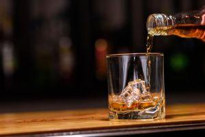 Turista chino paga más de $10,000 dólares por un vaso de whisky en Suiza