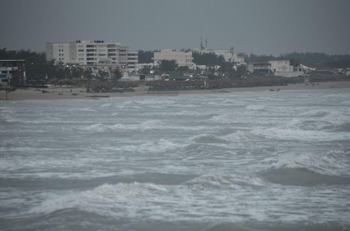 """El huracán Katia, """"estacionario"""" en el suroeste del Golfo de México, se encuentra a 210 millas (335 kilómetros) al este de Tampico."""