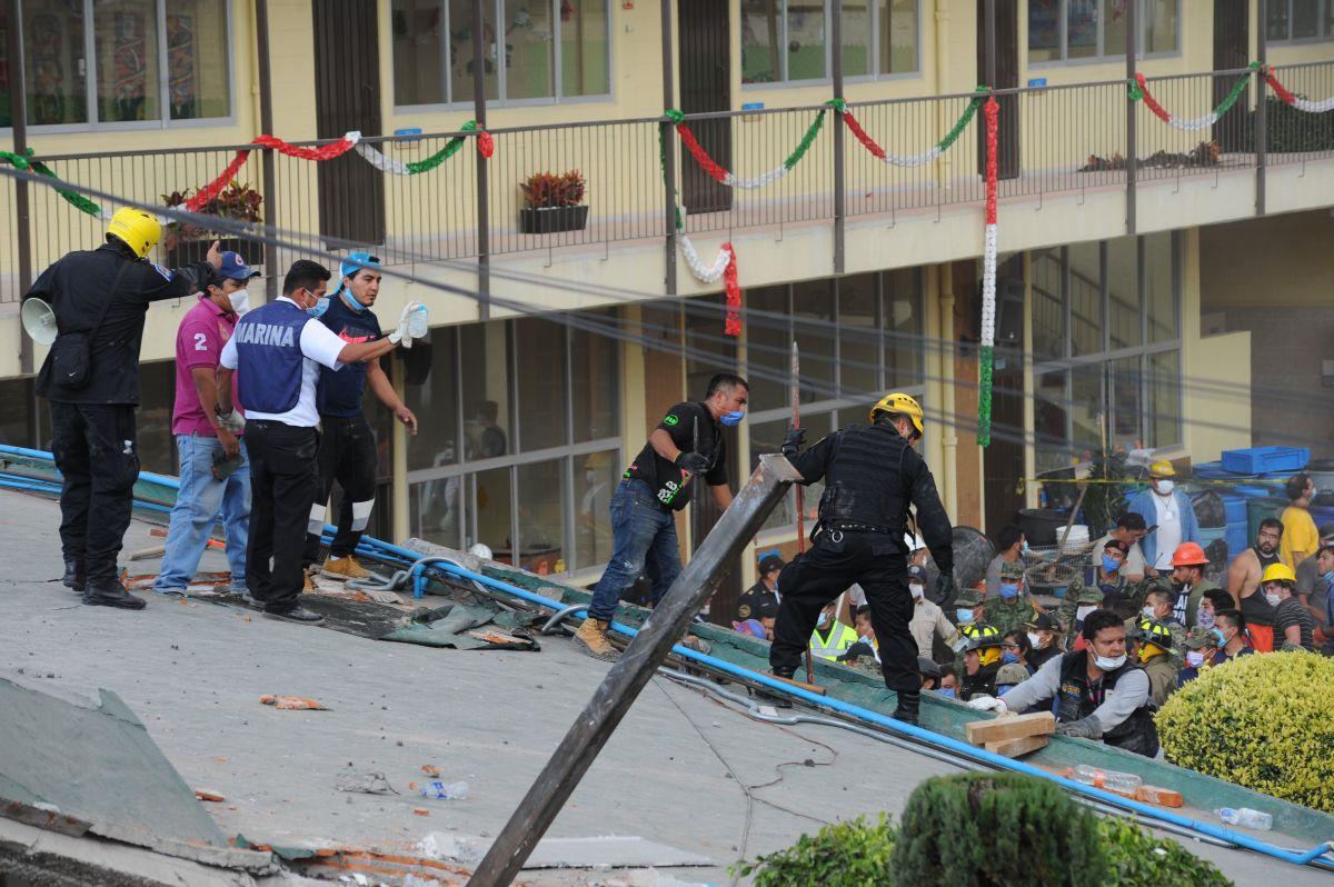 Rescatistas y voluntarios rescatan a las víctimas en el Colegio Enrique Rebsamen, el 19 de septiembre de 2017.
