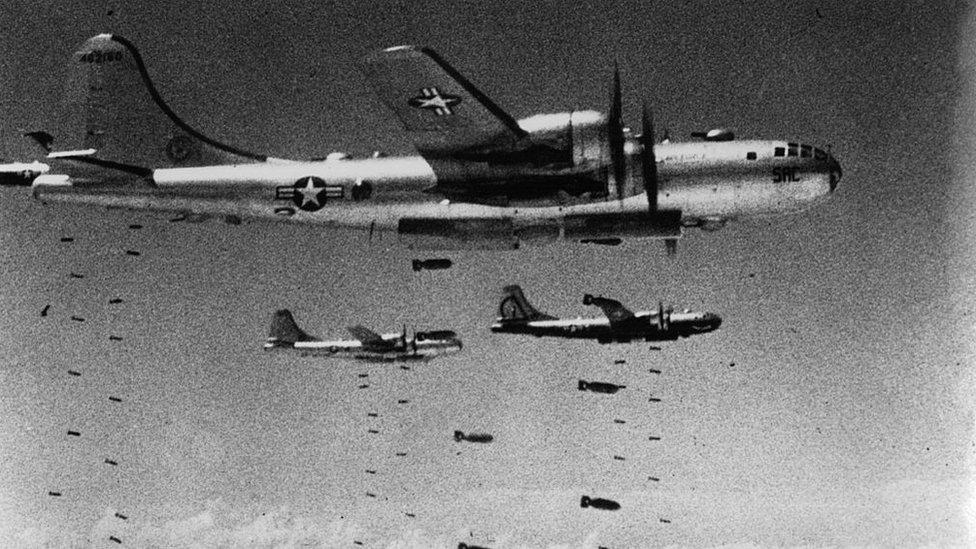 Un grupo de bombarderos estadounidenses arrojan bombas sobre Corea del Norte.Derechos de autor de la imagenKEYSTONE/GETTY Image caption Los bombarderos B-29 y B-52 se convirtieron en la pesadilla de la población civil norcoreana.