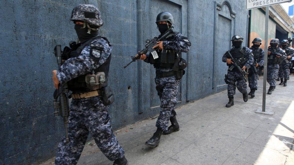 Por qué amenazaron de muerte a periodistas en El Salvador