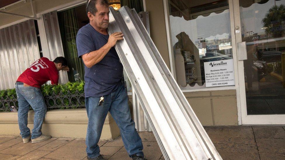 En el icónico Café Versalles, en el barrio de La Pequeña Habana, instalaron láminas metálicas para proteger las ventanas. /EFE