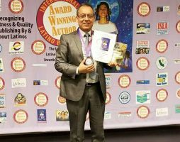 Autor peruano recibe premio en LA Plaza de Cultura y Artes