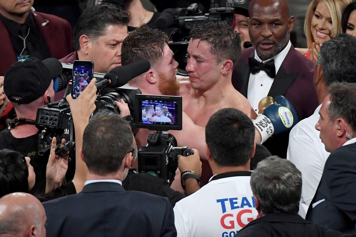 'Canelo' Álvarez y Gennady Golovkin se felicitan gentilmente tras el intenso combate del 16 de septiembre en Las Vegas.