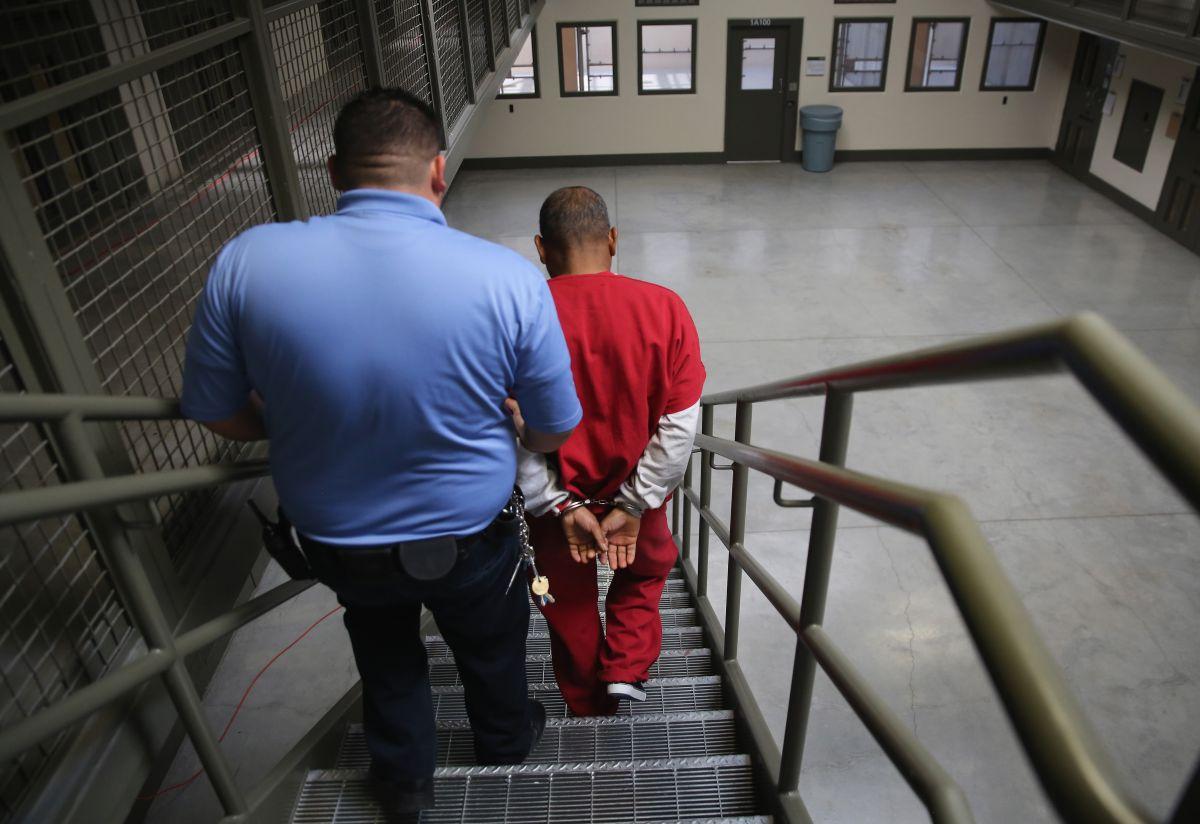 Un migrante detenido es trasladado al tribunal para una audiencia con el juez de inmigración.