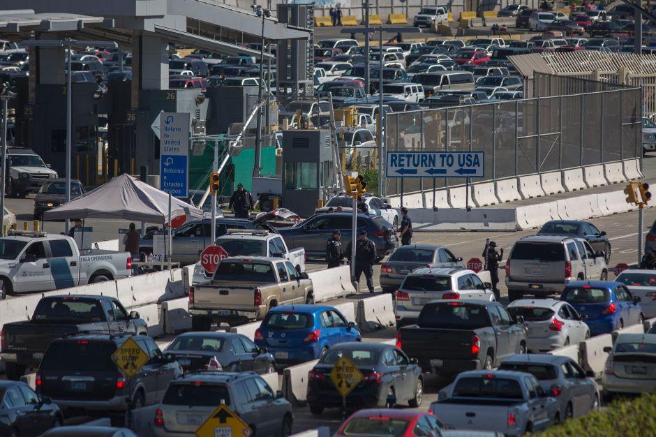Consiguieron cruzar la frontera corriendo entre los autos. Pero ya no será tan fácil