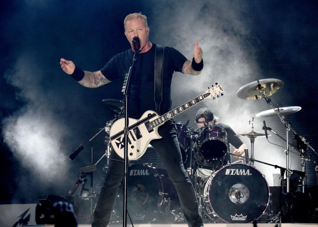 De fondo, Lars Ulrich en una presentación con Metallica.