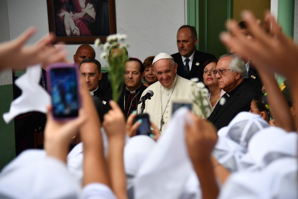 El papa Francisco saluda a los niños en una escuela en Medellín.