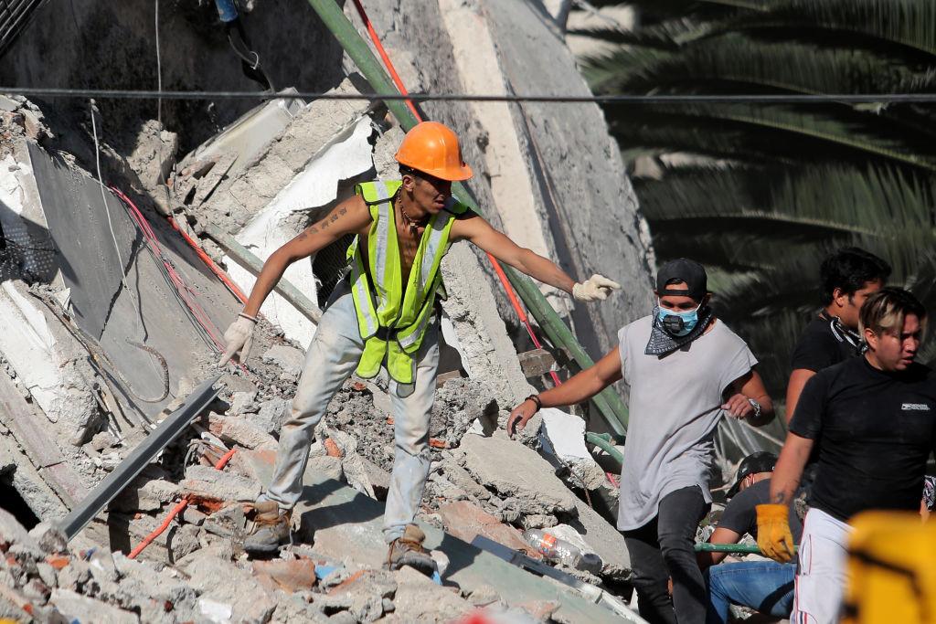 Todos se unen para salvar a quienes están bajo los escombros.