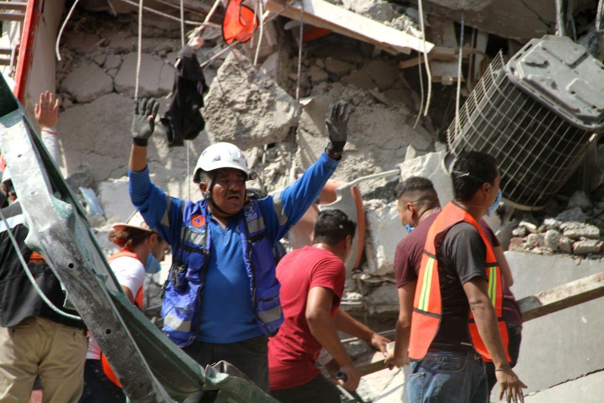 Un rescatista anuncia el hallazgo de Mariana Acosta entre los escombros.