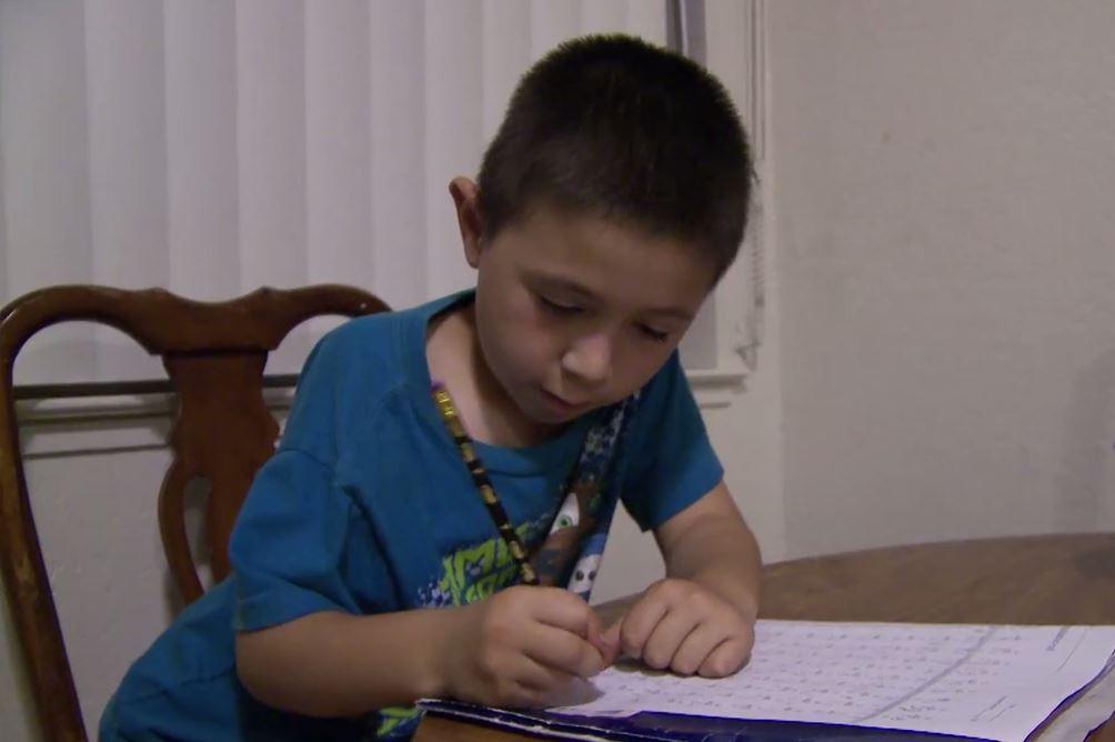 José Ansaldo haciendo su tarea de matemáticas.