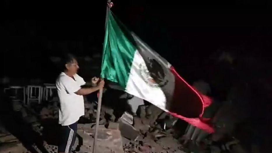 La bandera adornaba uno de los balcones del palacio municipal de Juchitán.