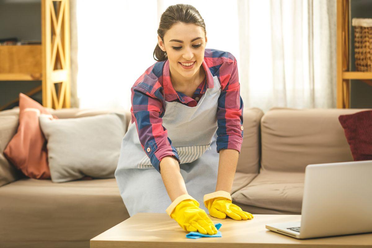 Las superficies de las mesas de centro se deben limpiar con frecuencia con un paño humedecido con un poco de agua con amoniaco, para remover las bacterias.