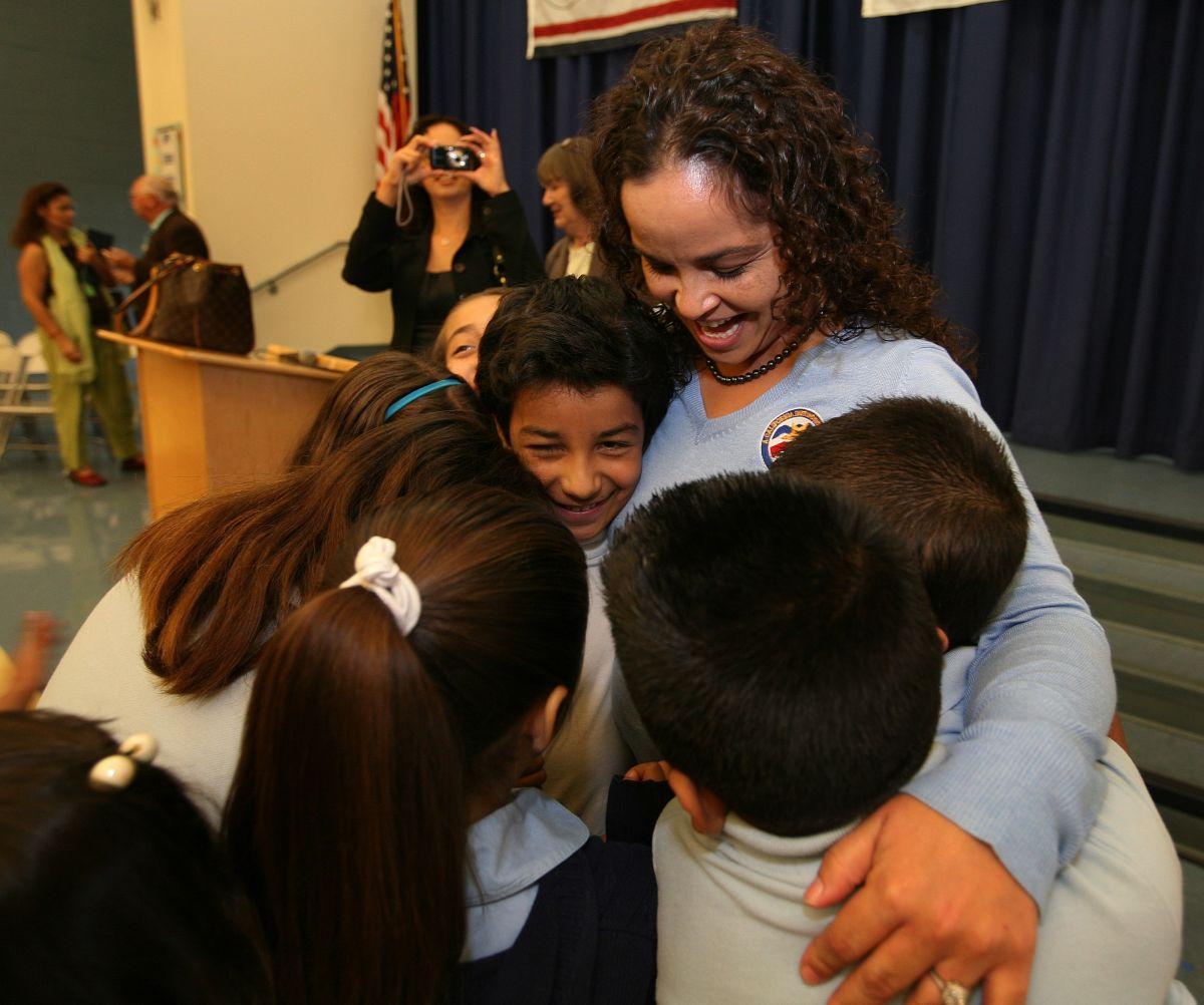 La maestra Tamara Garfio  siendo abrazada por sus alumnos de tercer grado en la escuela primaria de Maywood .