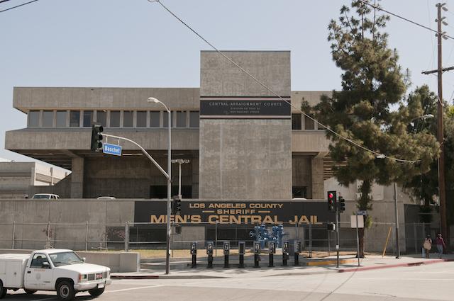 Le dan un año de prisión a exagente del Sheriff del condado de Los Ángeles por encubrimiento de abuso