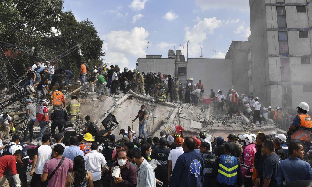 Rescatistas buscan sobrevivientes en los escombros en Ciudad de México.