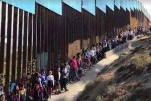"""Video: Niños cantan niños en el muro fronterizo """"México lindo y querido"""""""