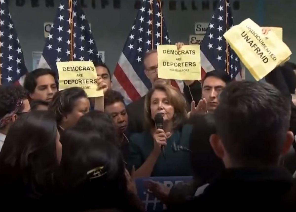"""Los manifestantes portaban pancartas que leían """"Los demócratas son deportadores""""."""
