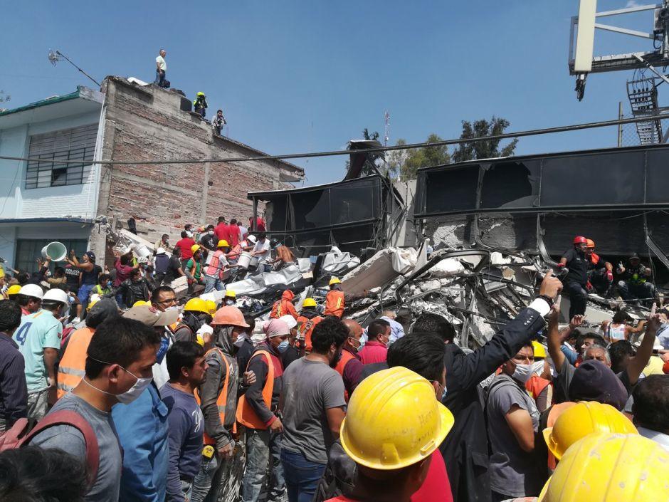 Ciudadanos se vuelcan para ayudar a los atrapados en edificios de la CDMX tras sismo