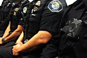 Policías de Santa Ana empiezan a portar cámaras en sus uniformes