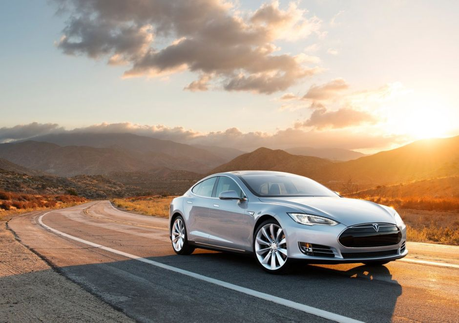 Un Tesla Model S arde en llamas sin explicación después de que se le ponchara una llanta (VIDEO)