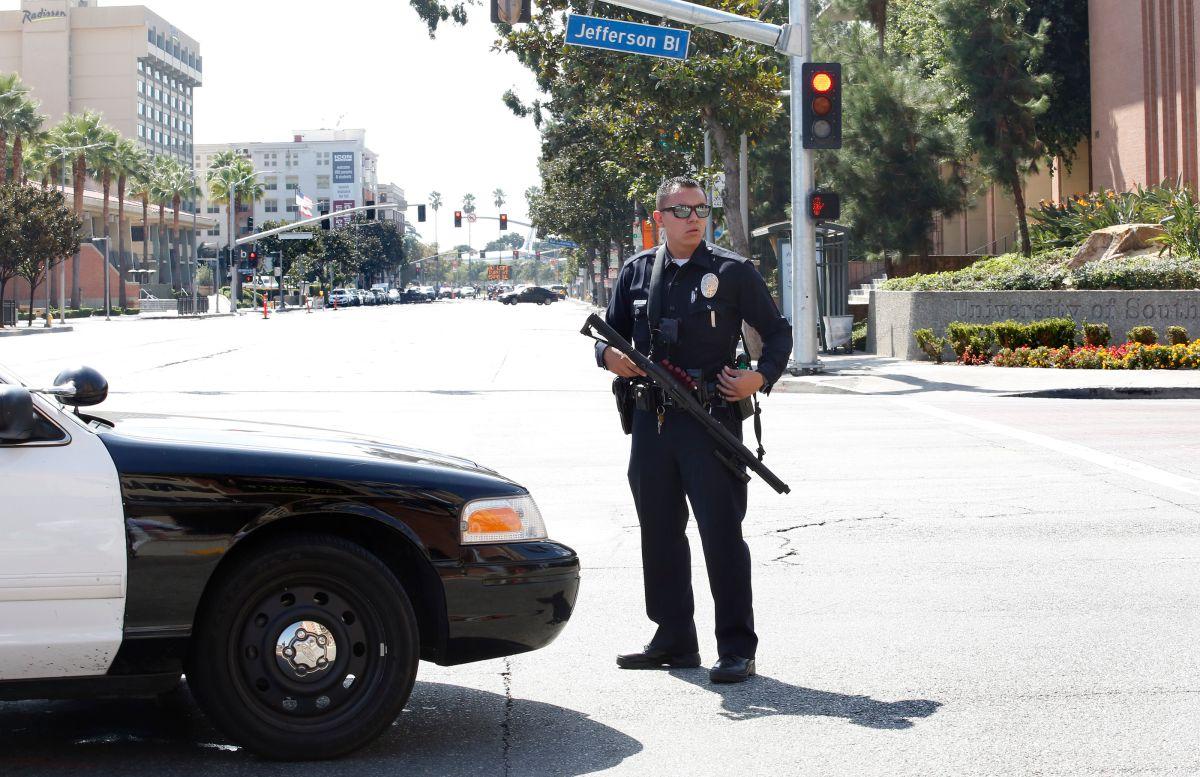 Un agente del LAPD en las inmediaciones de USC. (Aurelia Ventura)