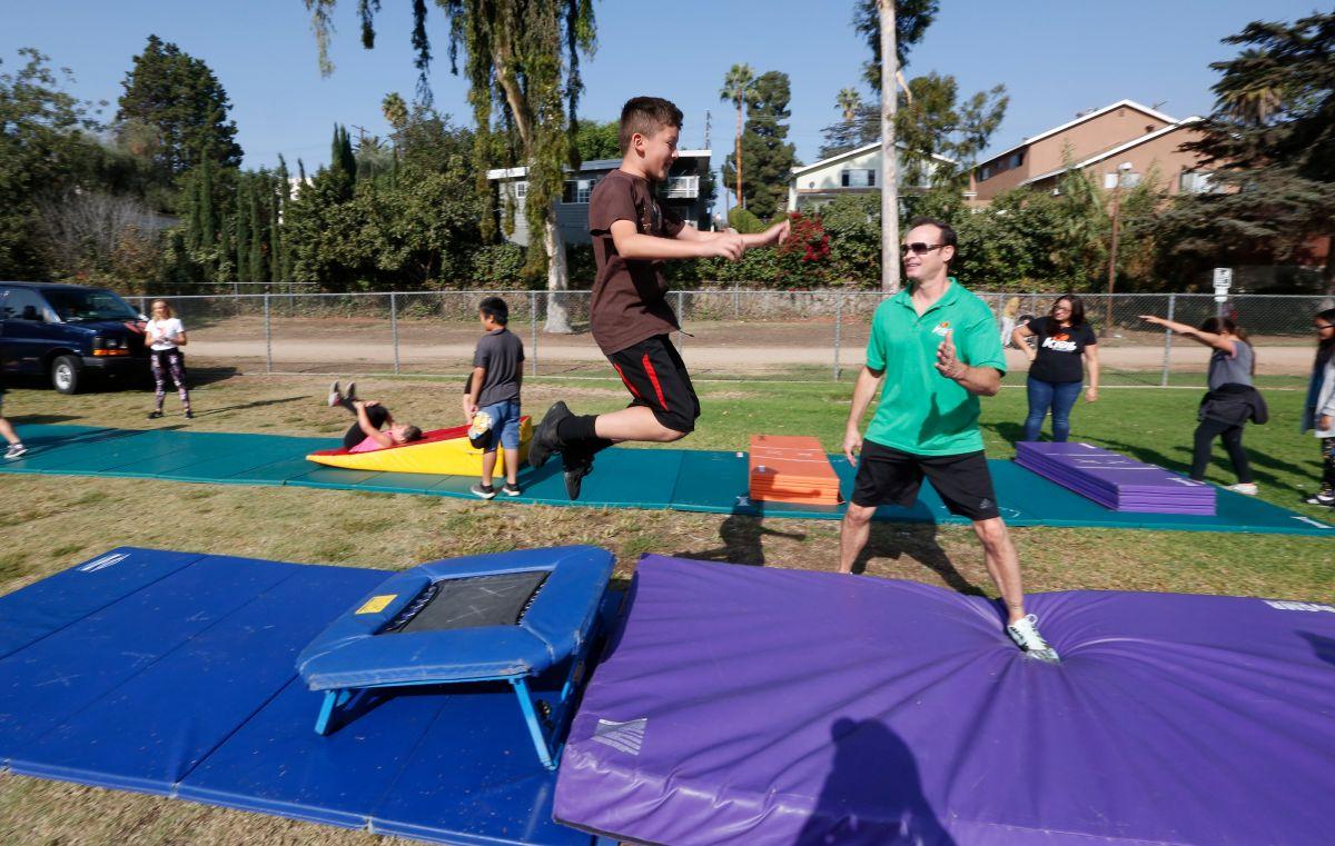 Estudiantes se ejercitan en el Fitness Challenge, un evento diseñado para enseñarles a tener una vida activa y sana.  (Aurelia Ventura/ La Opinion)