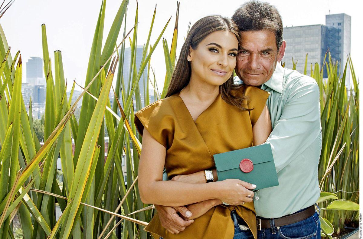 Ana Brenda Contreras junto a su papá Efraín Contreras