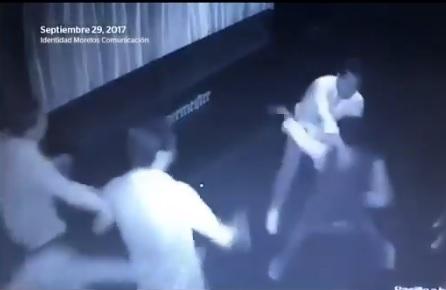 VIDEO: Sujeto defiende a una mujer y es asesinado en un bar en México