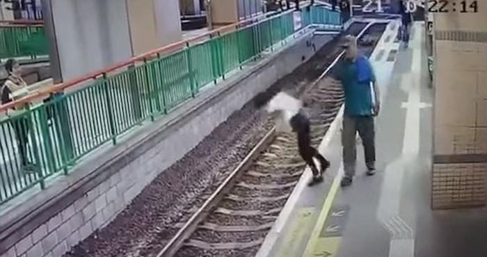 Video: Sujeto avienta a una mujer a las vías del tren en China