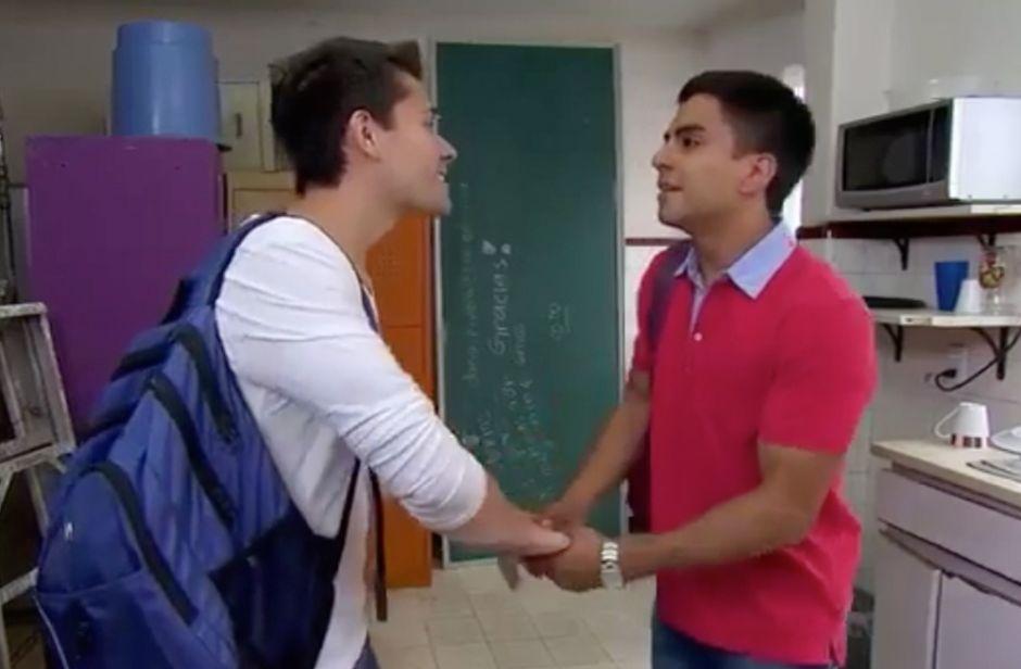 Video: Beso gay en telenovela de Televisa causa polémica