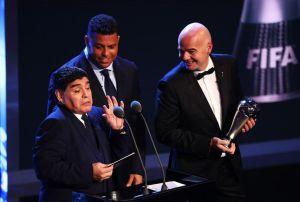 VIDEO: Ronaldo evita un papelón de Maradona en los premios FIFA The Best