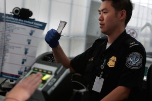 """La falta migratoria que lo puede hacer perder su """"Green Card"""" al salir de EEUU"""