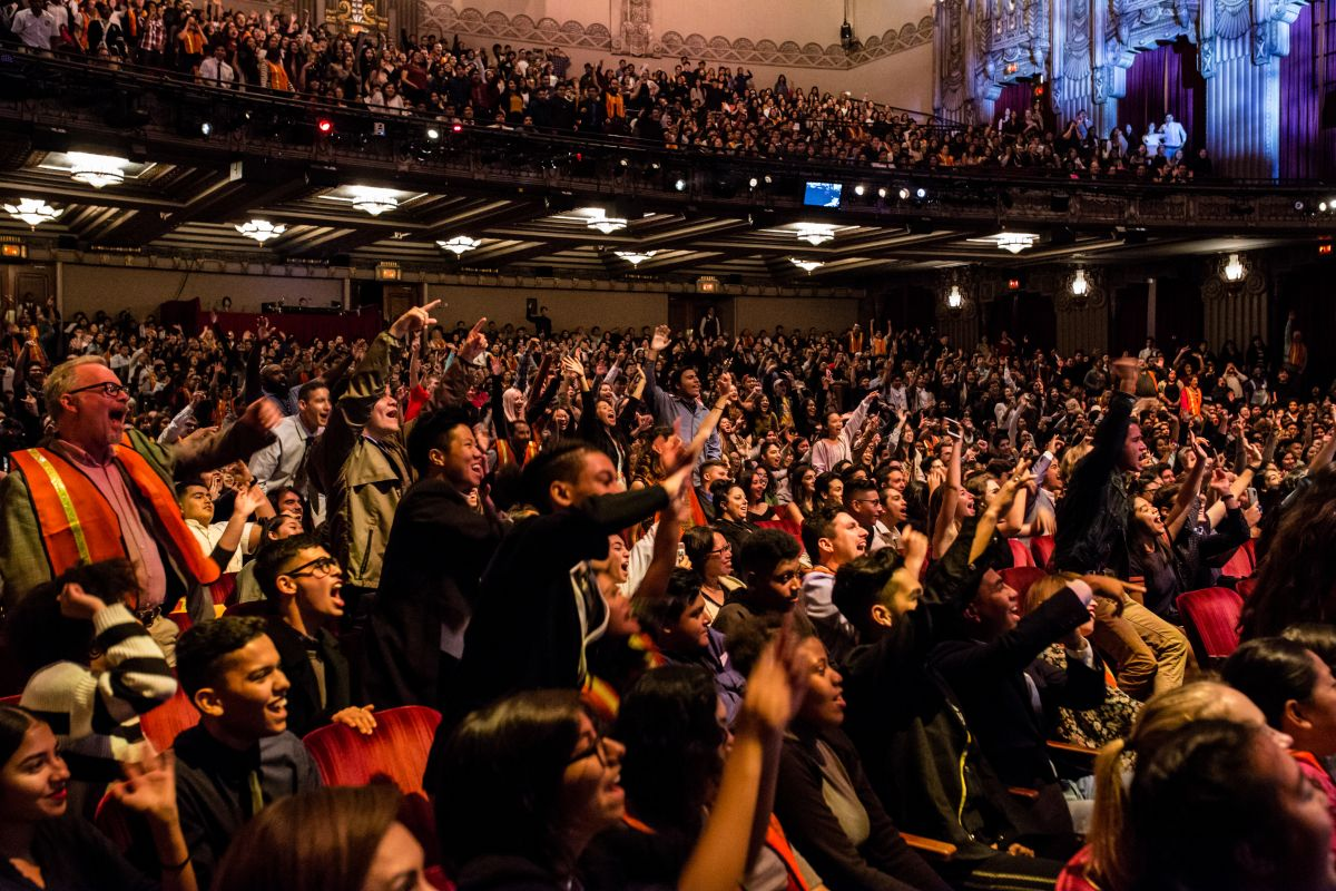 Jóvenes de Los Ángeles actúan y disfrutan del musical 'Hamilton' en el Teatro Pantages