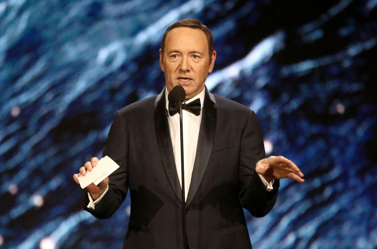 """Acusan a Kevin Spacey de escudarse en """"ser gay"""" para encubrir su asalto sexual a un niño"""