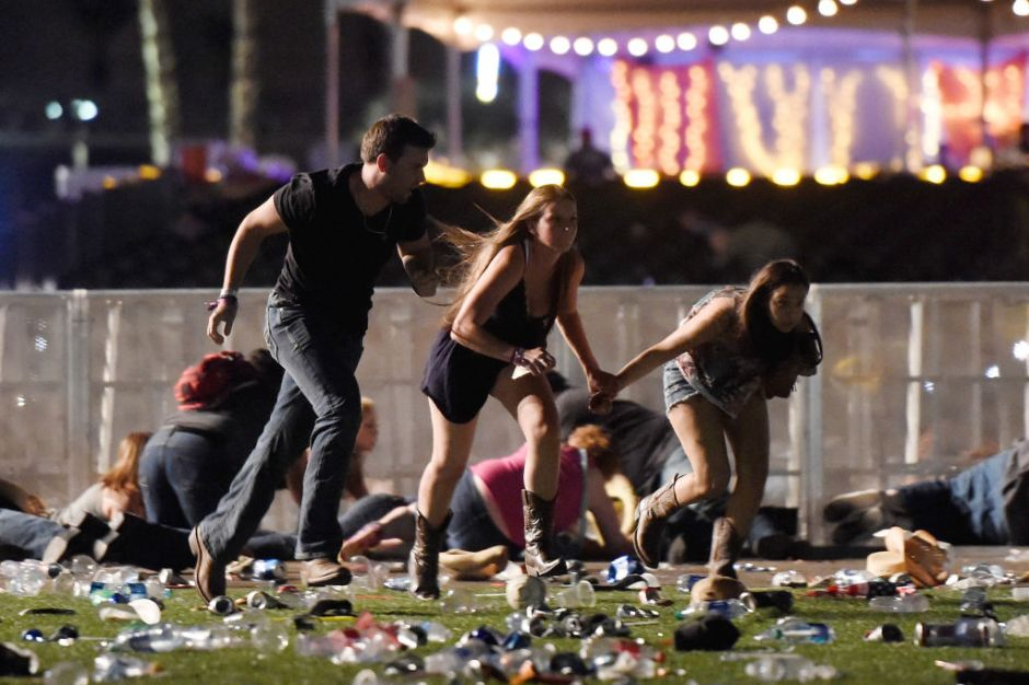 Videos: ¡Abajo, abajo! gritan asistentes en medio del mortífero tiroteo en Las Vegas