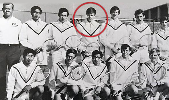 Tirador de Las Vegas posa junto a su equipo de tenis universitario en 1971