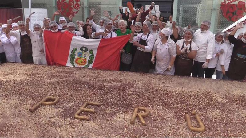Peruanos logran récord Guinness  con barra de chocolate con frutos más grande del mundo