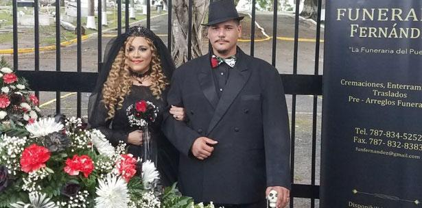Se casa vestida de negro y en cementerio de Mayagüez